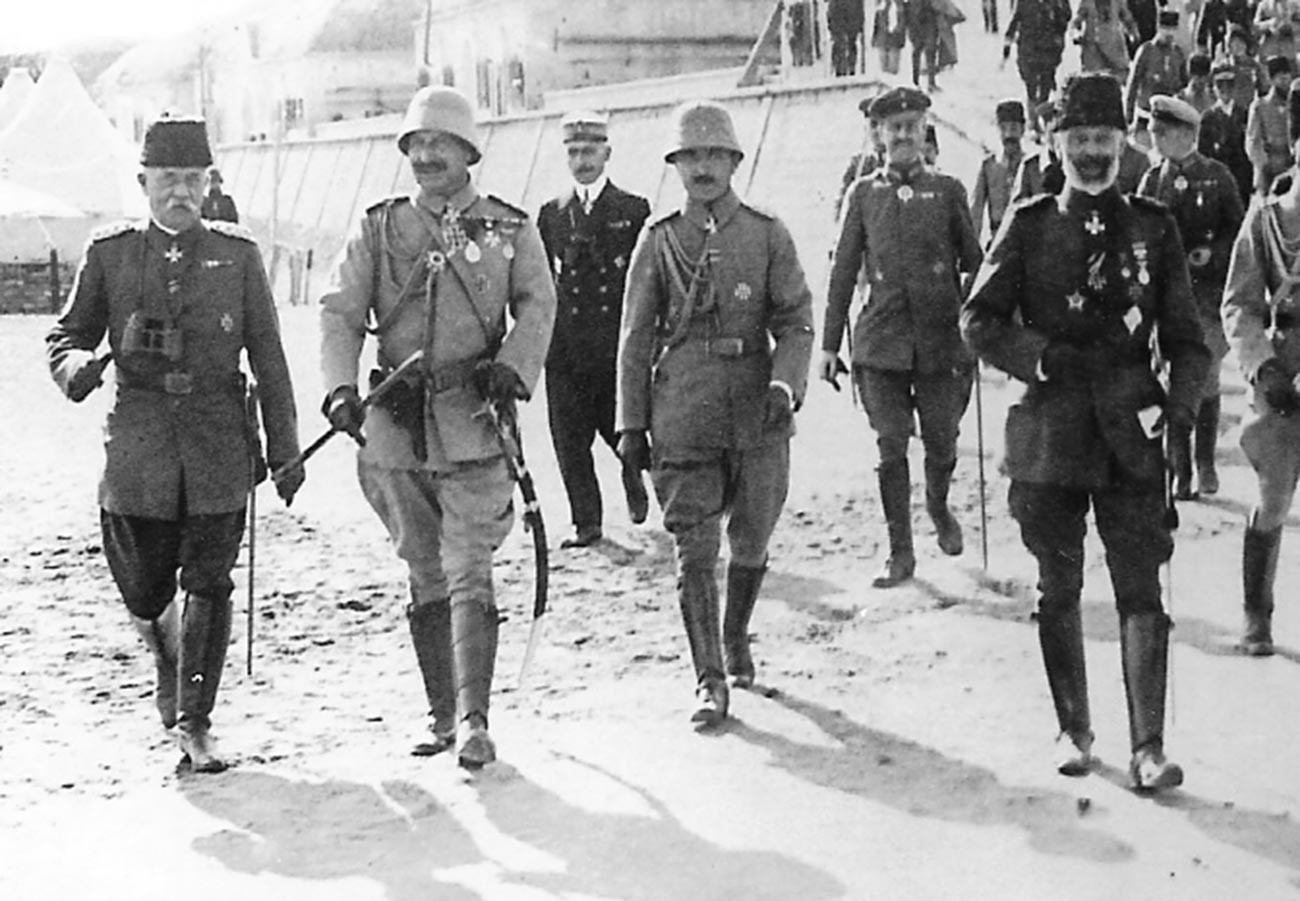 Император Вильгельм II (второй слева) и военный министр Энвер-паша (в центре) в Галлиполи в 1917 году.