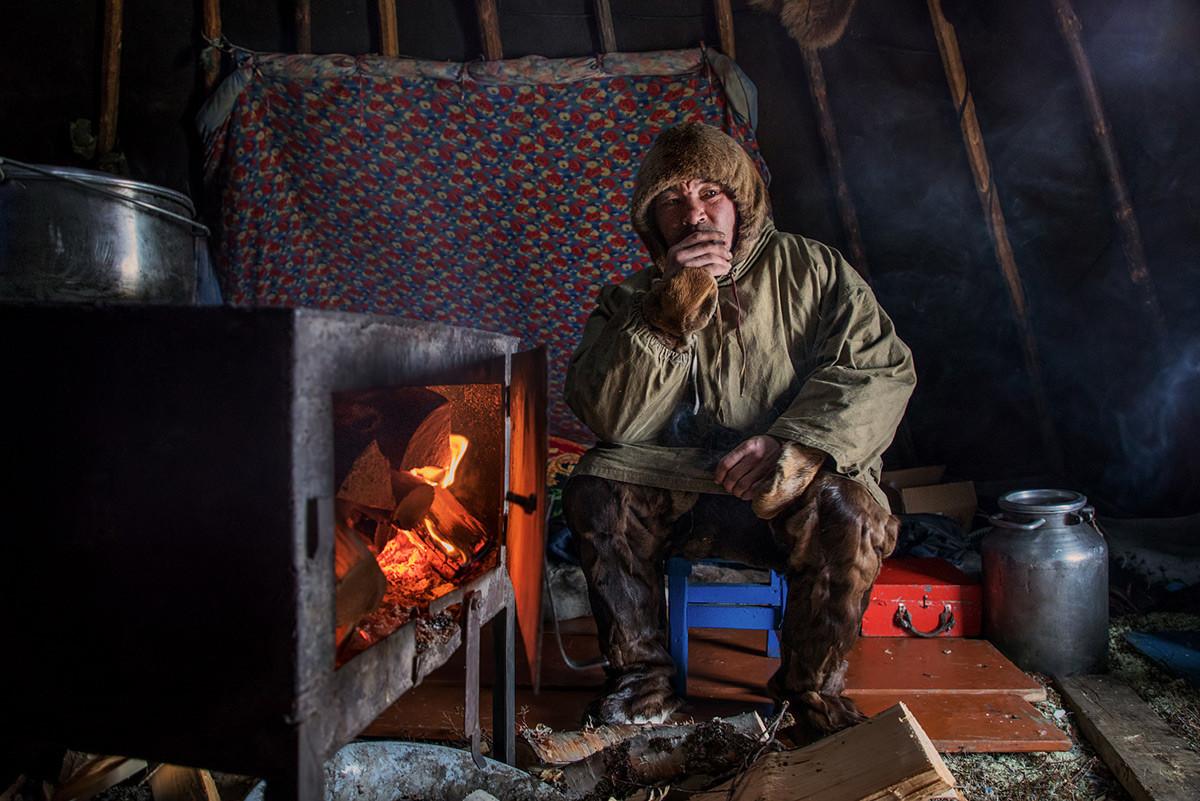 ネネツ自治管区、自宅テント内のトナカイ飼い