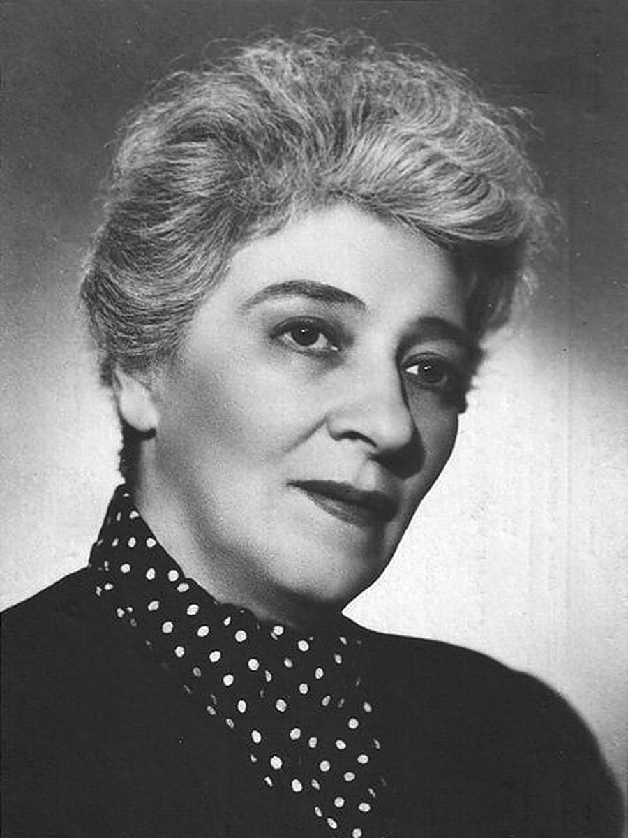 Faina Ranevskaja je oboževala gledališče in poezijo ter prijateljevala z Anno Ahmatovo in Vladimirjem Majakovskim.