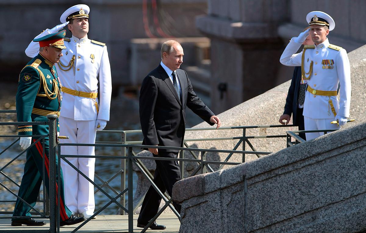 Il presidente russo Vladimir Putin durante una parata della Marina militare