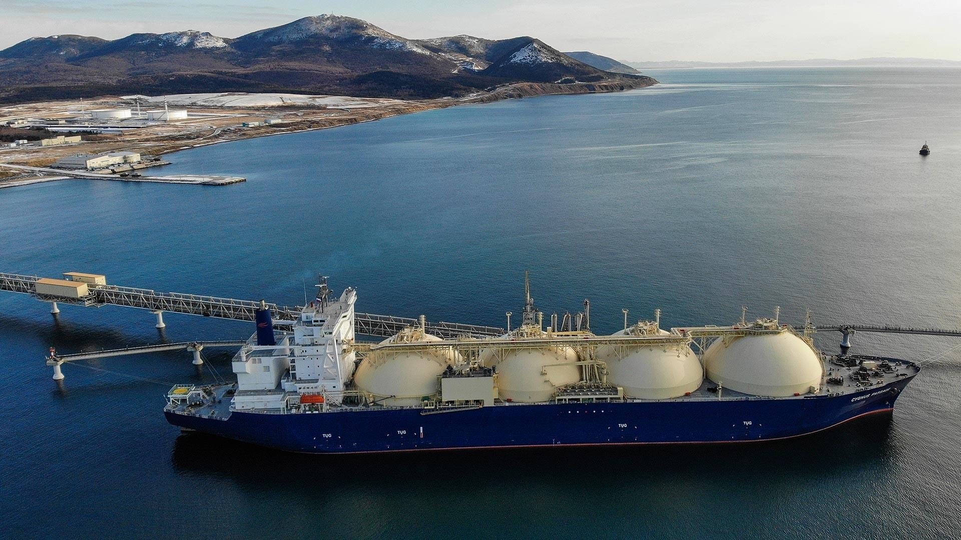 Plinski tanker v pristanišču na otoku Sahalin