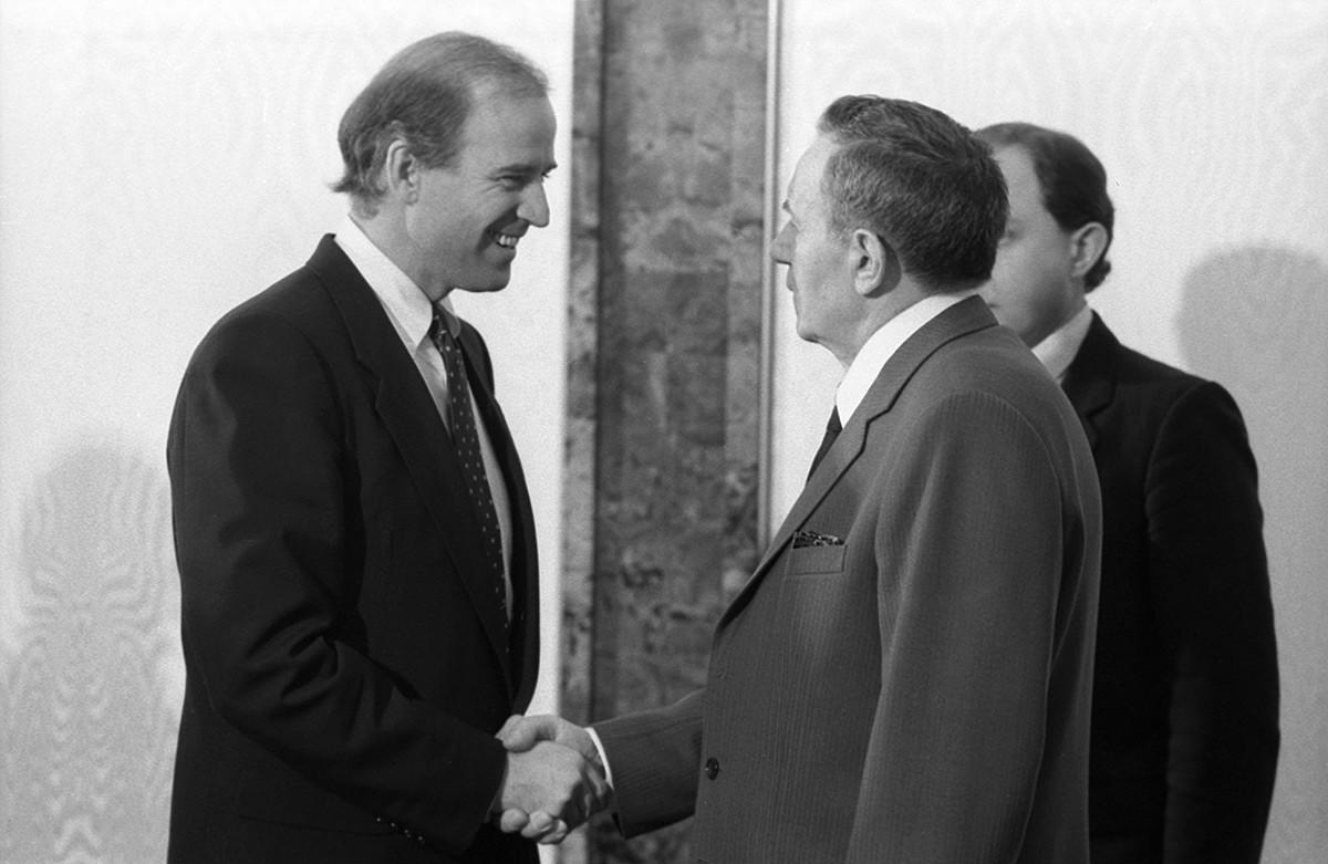 Joe Biden berjabat tangan dengan Andrei Gromyko.