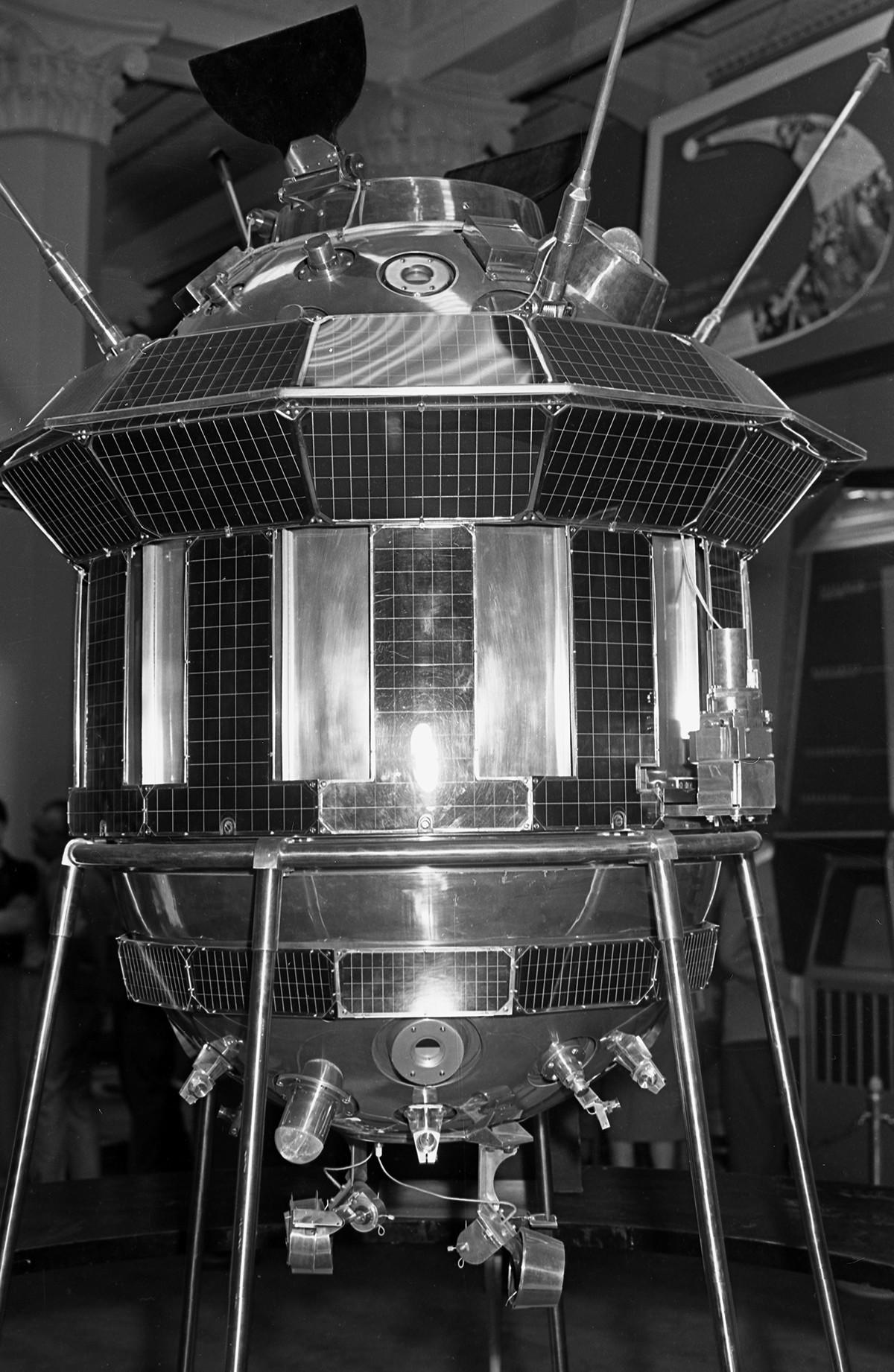 Un prototipo de la estación interplanetaria automática soviética Luna-3.