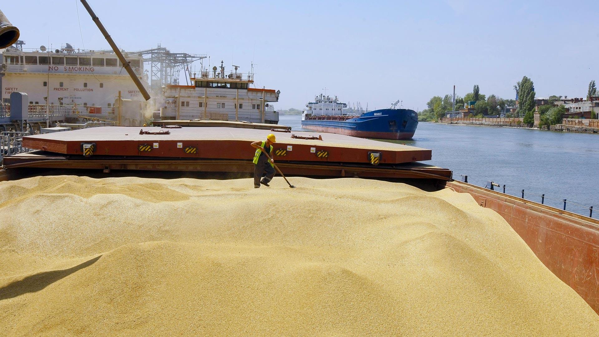 Отгрузка зерна на экспорт на терминале российской агропромышленной компании