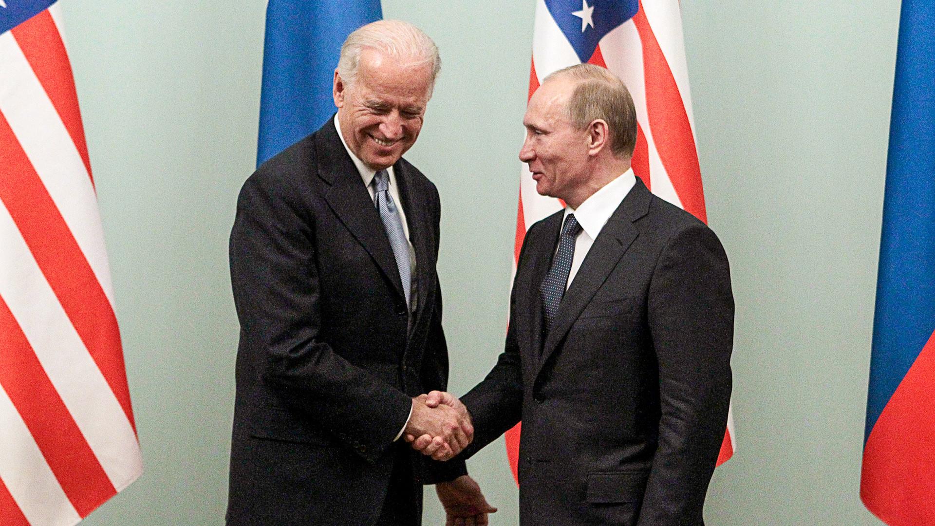 Biden et Poutine, alors premier ministre de Russie, le 10 mars 2011 à Moscou