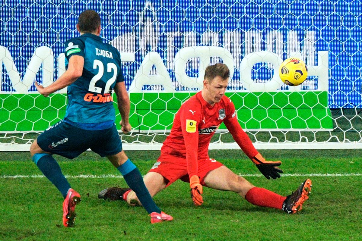 Le gardien du club de football Krasnodar Matvey Safonov, à droite, concède un but au 14e tour du championnat de la Premier League de football russe entre le club de football Zenit (Saint-Pétersbourg) et le club de football Krasnodar (Krasnodar). À gauche - l'auteur du but, Artem Dzyuba.