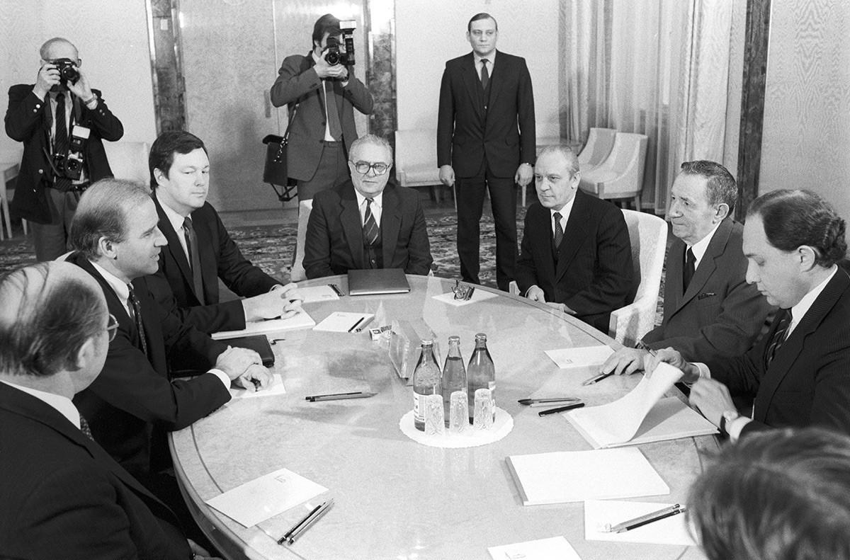 Senador norte-americano Joe Biden (segundo da esq.), com o membro do Comitê de Negócios Estrangeiros do Senado e presidente do Presidium do Soviete Supremo da URSS Andrei Gromiko (segundo da dir.), durante negociações no Kremlin