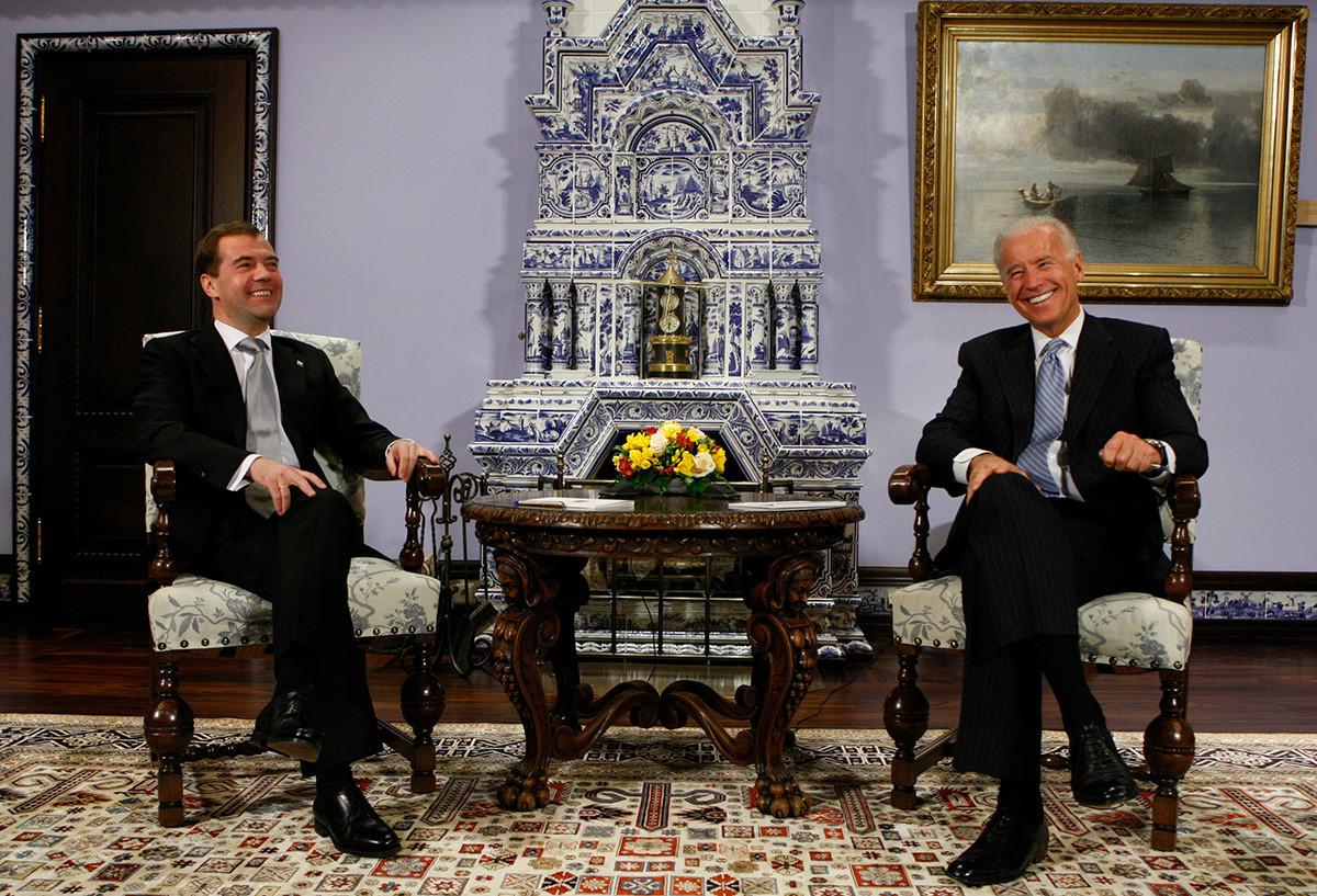 Então vice-presidente dos Estados Unidos, Joe Biden (à direita), e o presidente russo, Dmítri Medvedev, sorriem durante reunião na residência presidencial em Górki, nos arredores de Moscou, em 9 de março de 2011