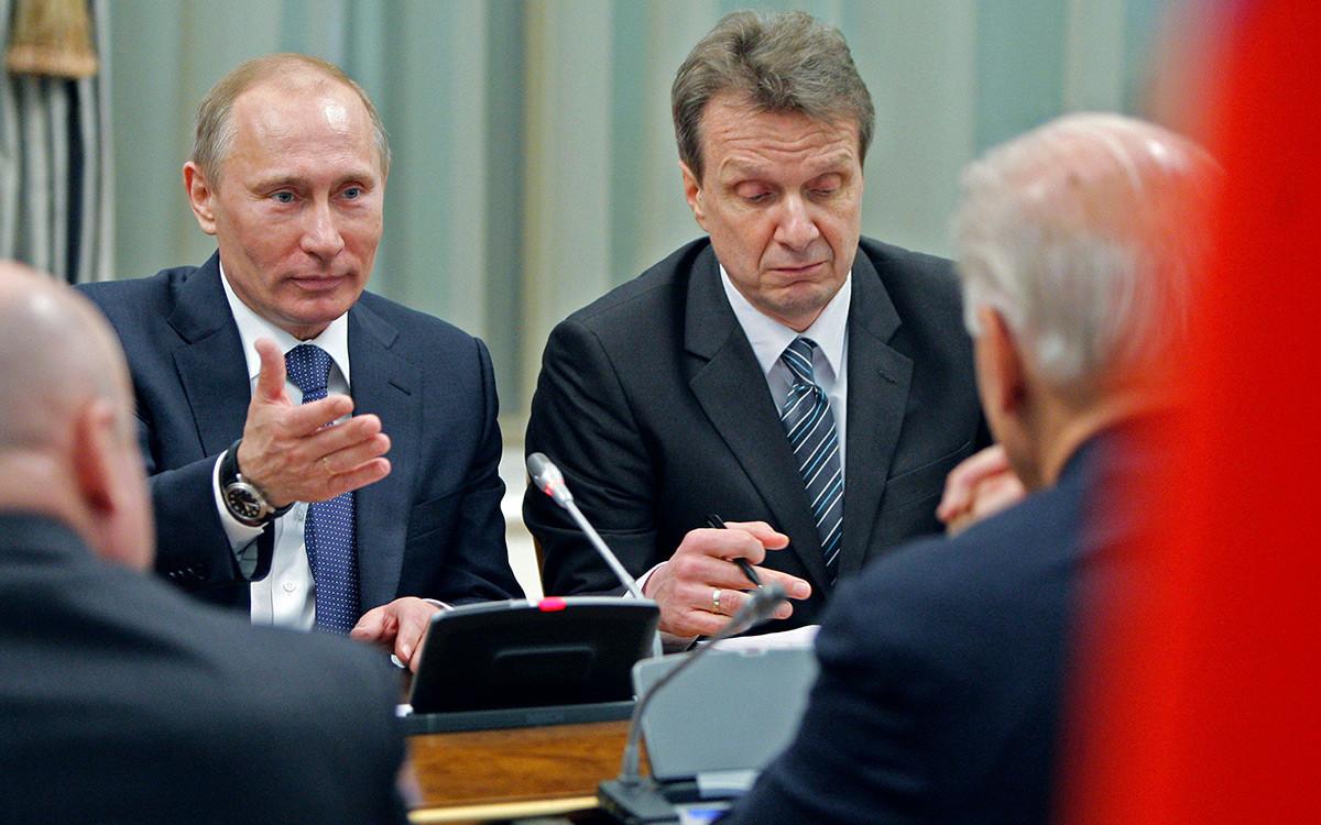 Vice-presidente dos Estados Unidos, Joe Biden, de costas para a câmera, ouvindo o primeiro-ministro russo Vladimir Putin, em 10 de março de 2011