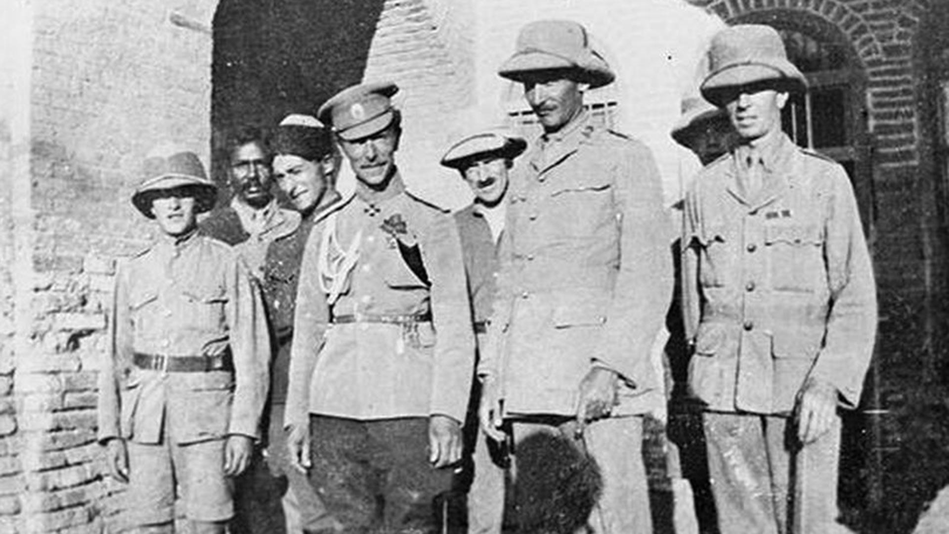 Russische und britische Offiziere in Mesopotamien