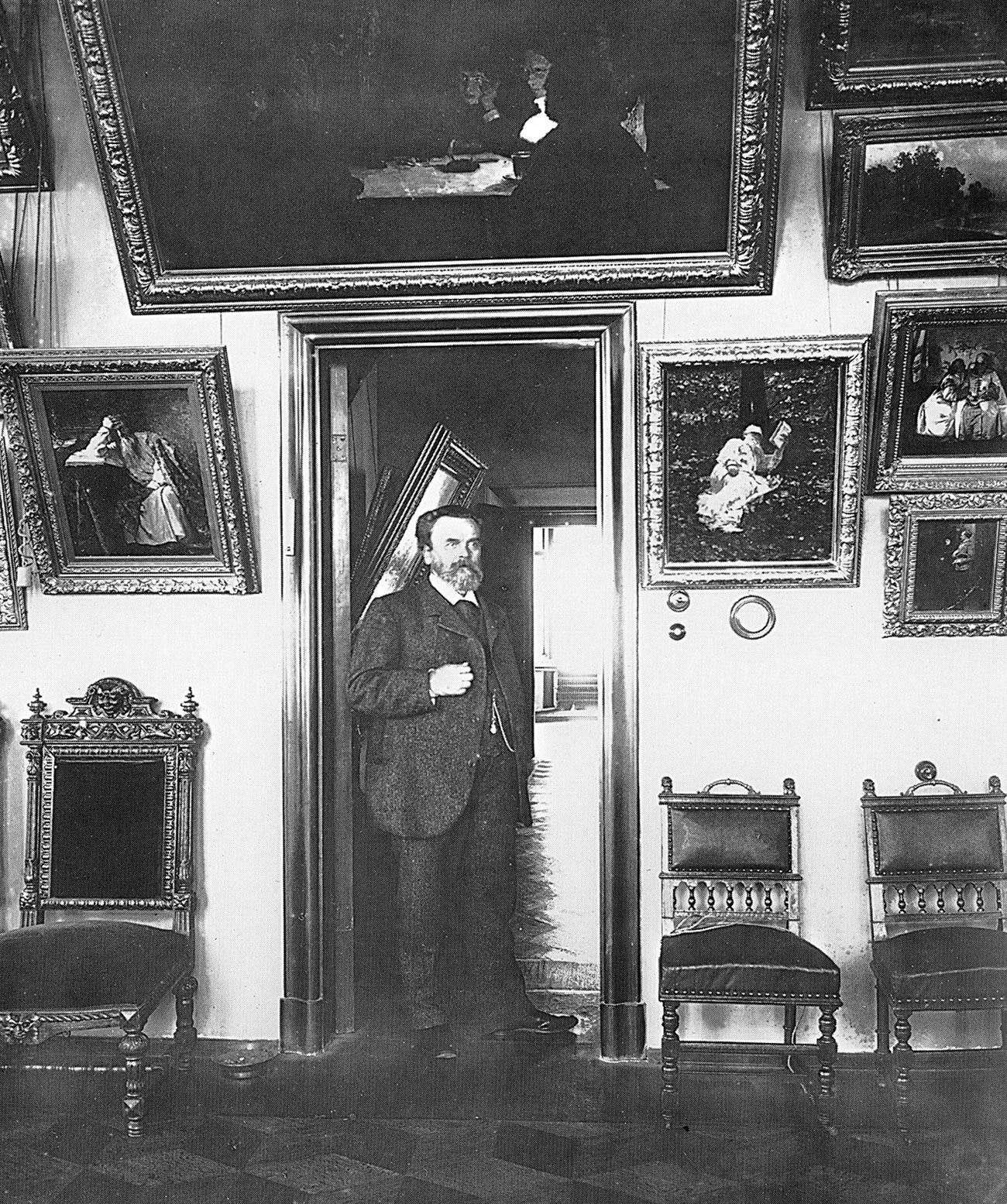 Ivan Tsvetkov in his gallery.