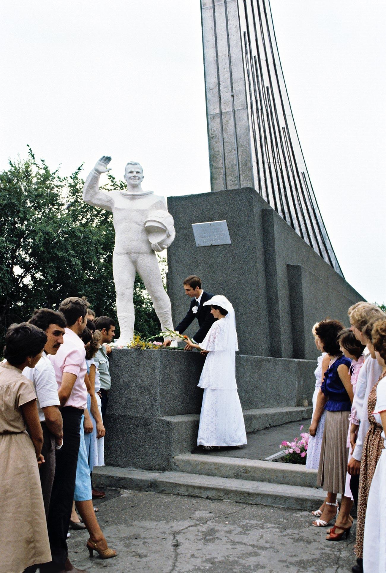 Pri spomeniku Gagarina, ki je tudi hkrati kraj njegovega pristanka, iz časa Sovjetske zveze.