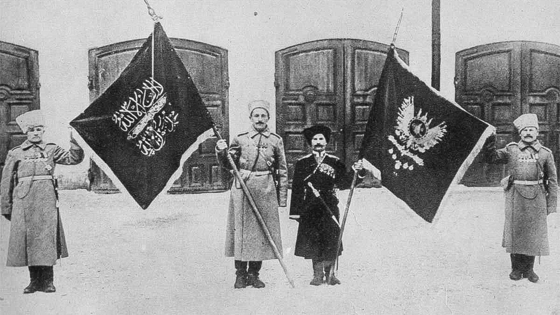 Russi con le bandiere turche come trofeo