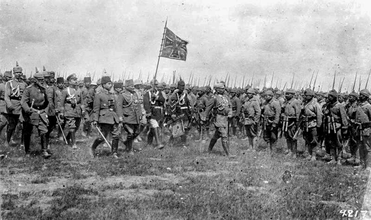 Кайзер Вилхелм II инспектира турски войски от 15-и корпус в Източна Галисия, Полша.