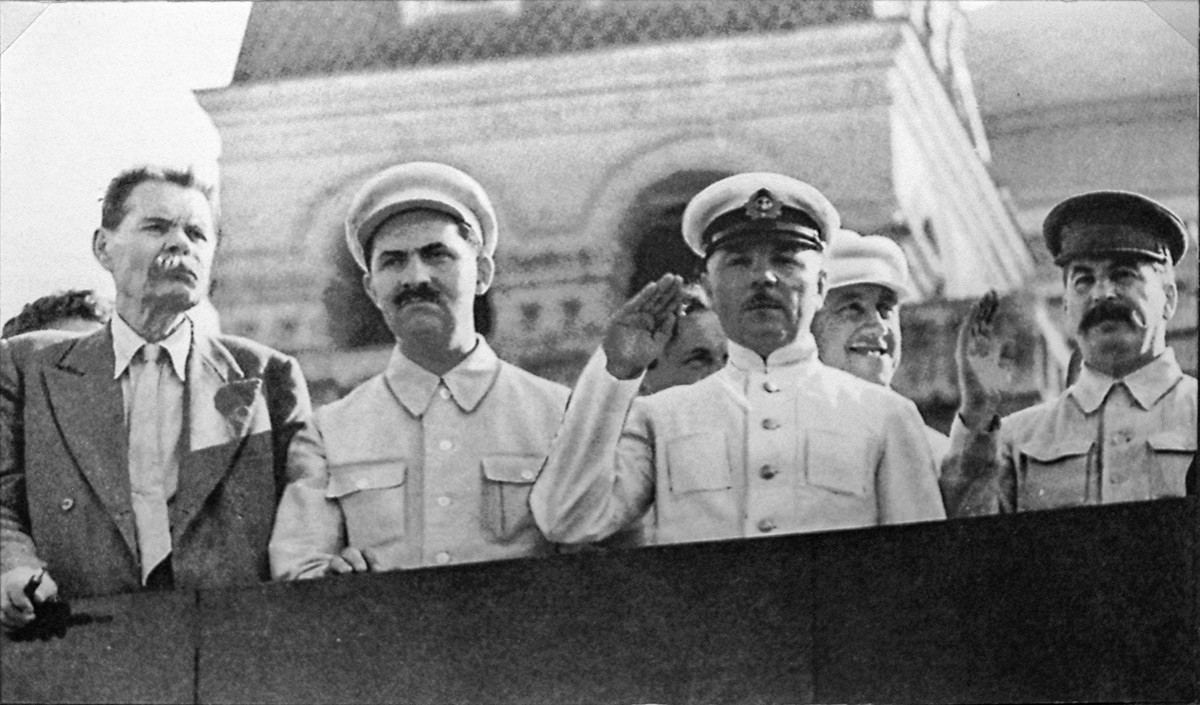 Maksim Górki, Lazar Kaganovitch, Kliment Vorochilov e Stálin no topo do Mausoléu de Lênin