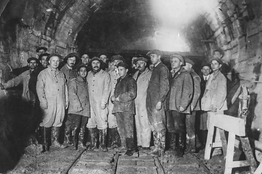 Lazar Kaganovitch (centro, de bigode) e Nikita Khruschov durante a construção do metrô de Moscou, anos 1930