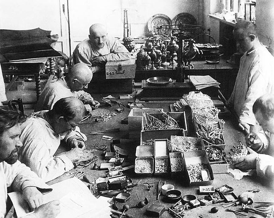 Des employés extrayant les pierres de joyaux impériaux, en 1923