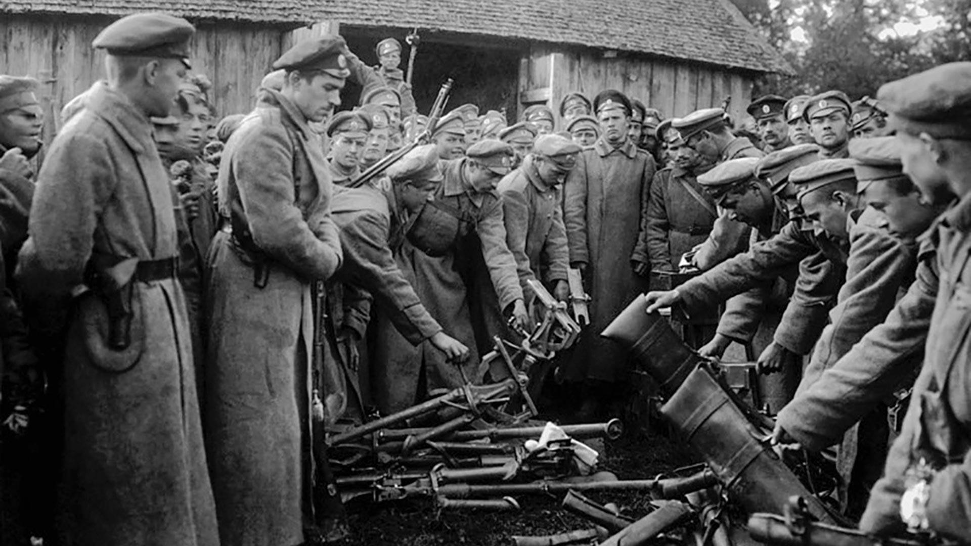 Предаване на оръжияta от войските на Бялата армия