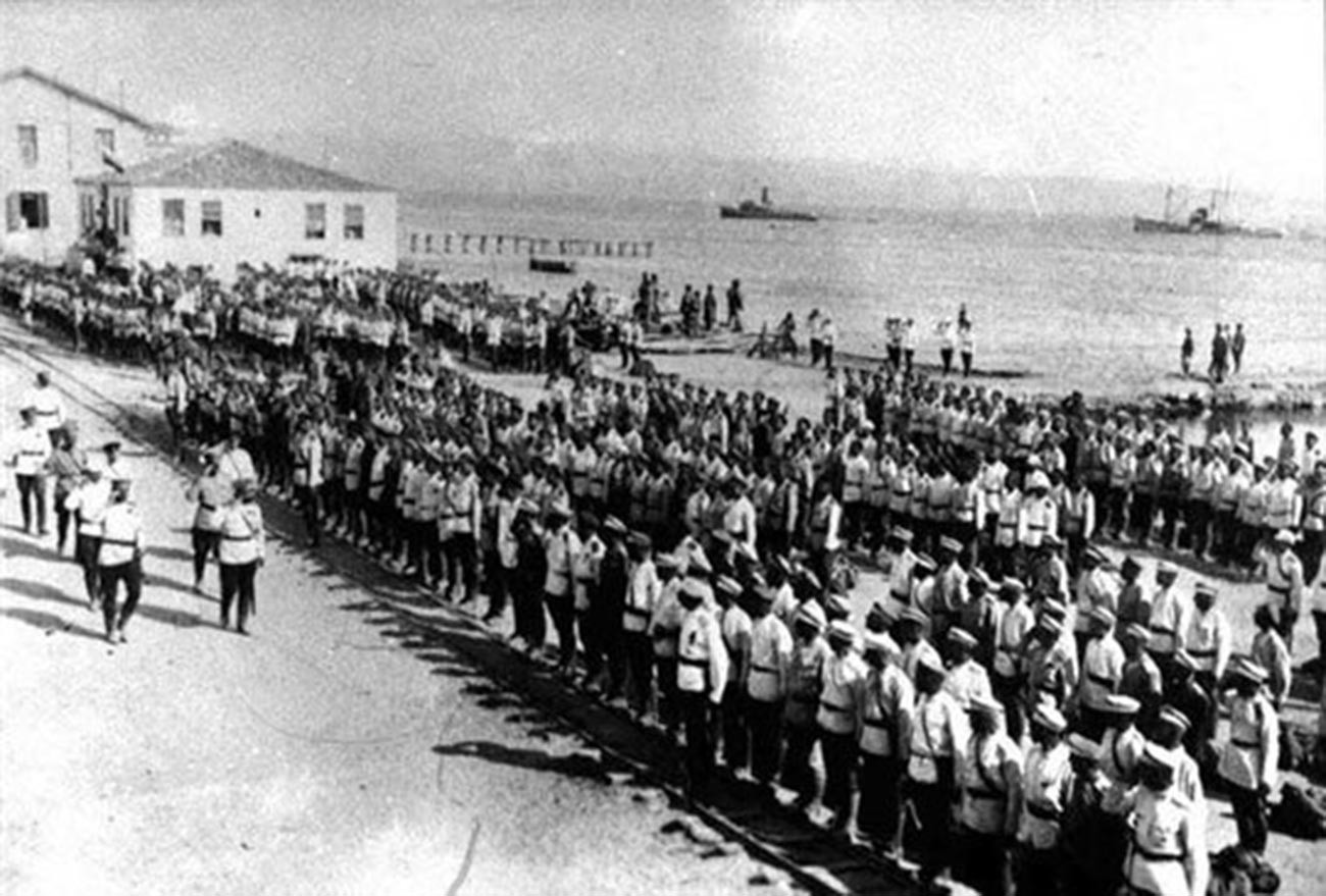 Генерал А.П. Кутепов обхожда войските в Галиполи, преди да отплава за България. 1921 г.