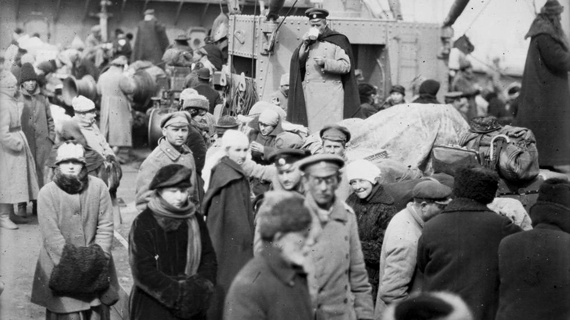 Корабът на американския Червения кръст Steamer Сангамтон превозва руски бежанци от Новоросийск