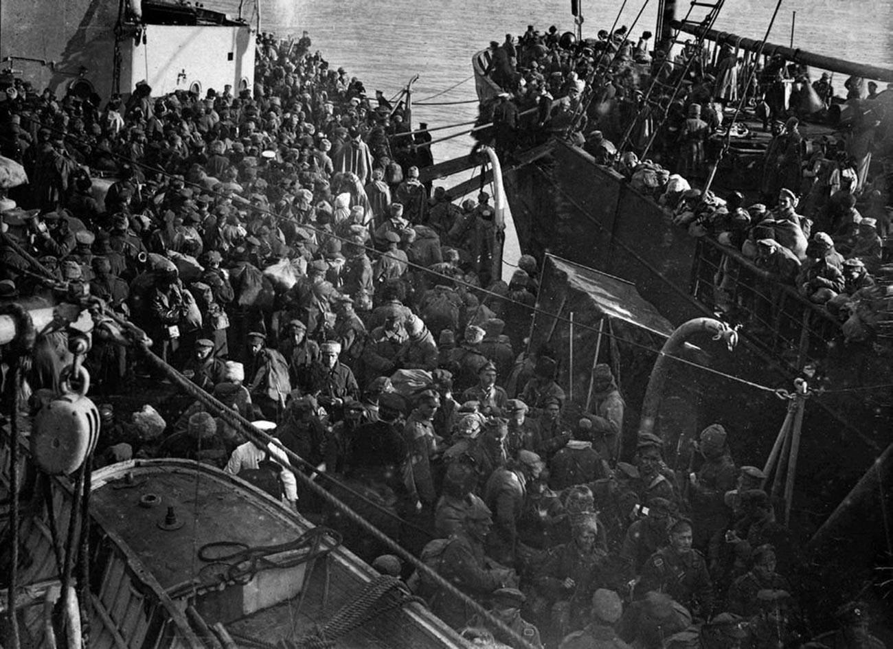 Бели войски по време на евакуацията на Новоросийск, март 1920 г.