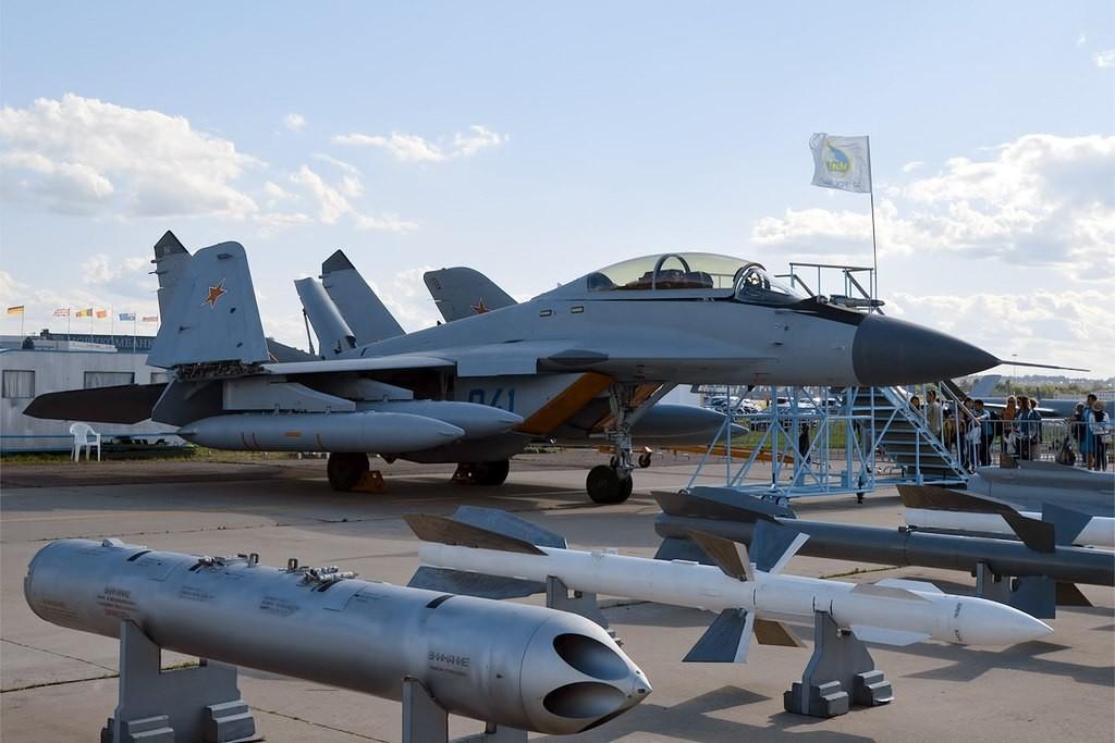 MiG-29 K de la Marina de Rusia, junto al equipo que puede desplegar.