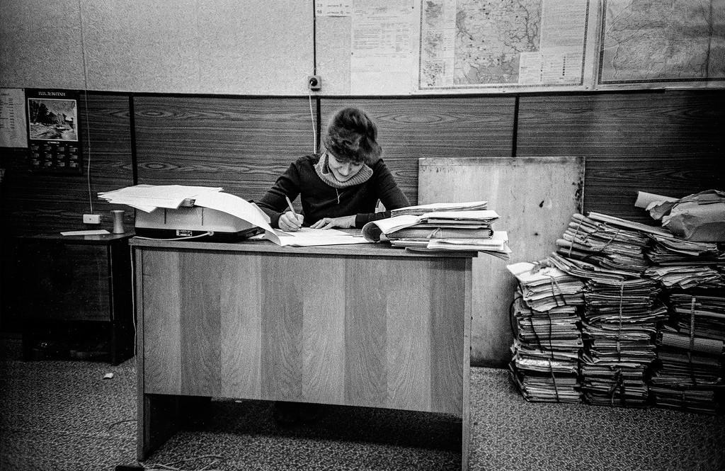 Eine Ingenieurin an ihrem Arbeitsplatz, 1982.