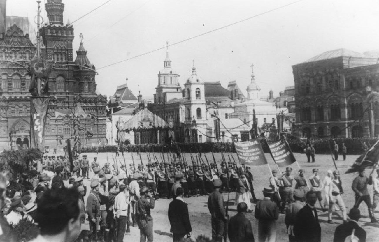 Desfile del Ejército Rojo en la Plaza Roja.