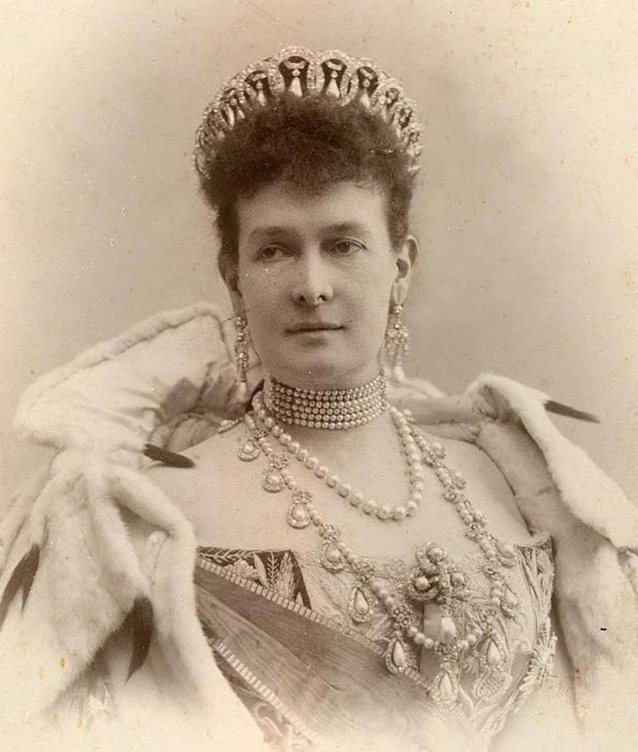 Мария Павловна в тиаре с жемчужными подвесками.