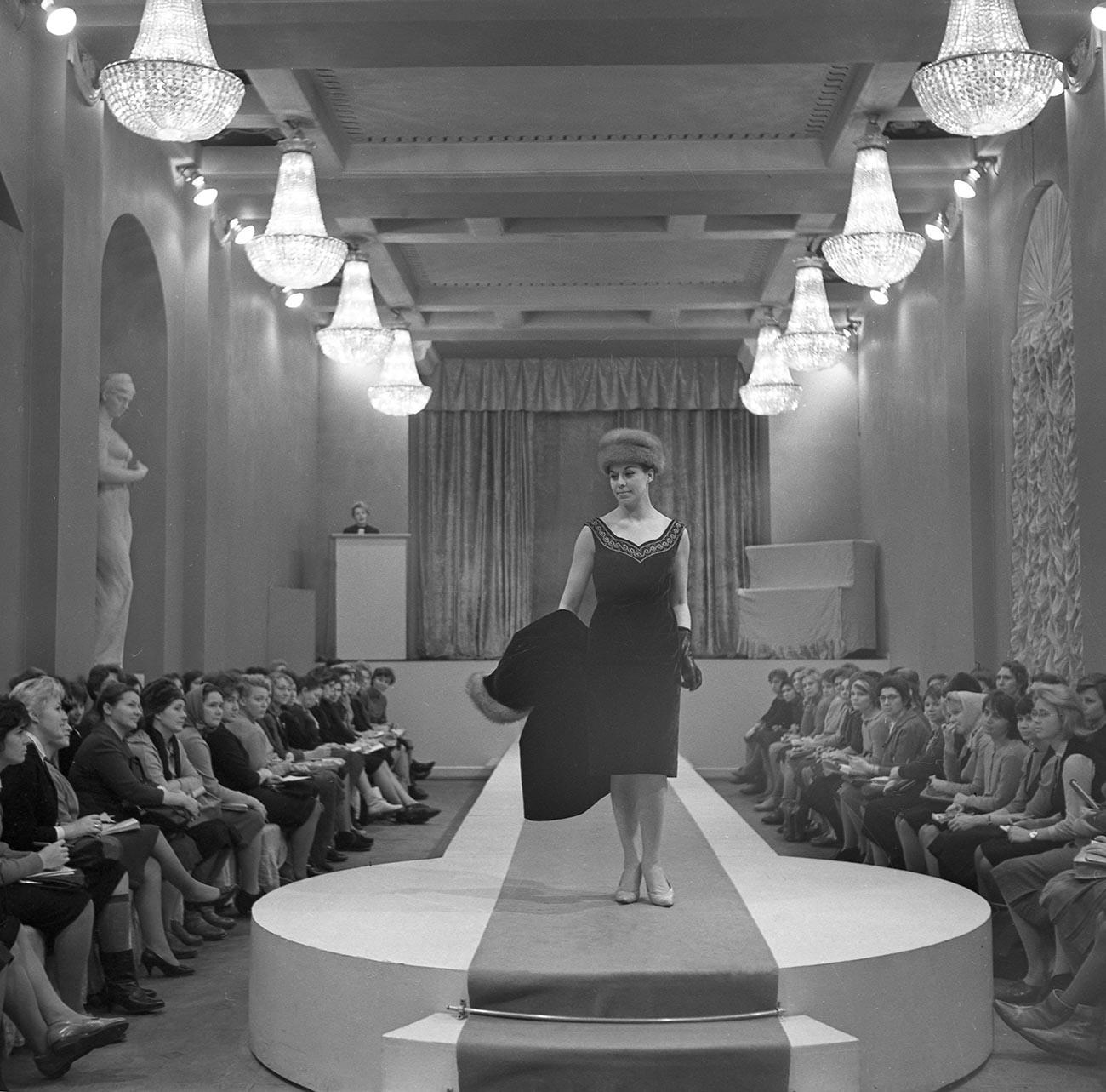 Präsentation der neuen Frühjahrskollektion bei dem Leningrader Modehaus (LDMO), 1965.