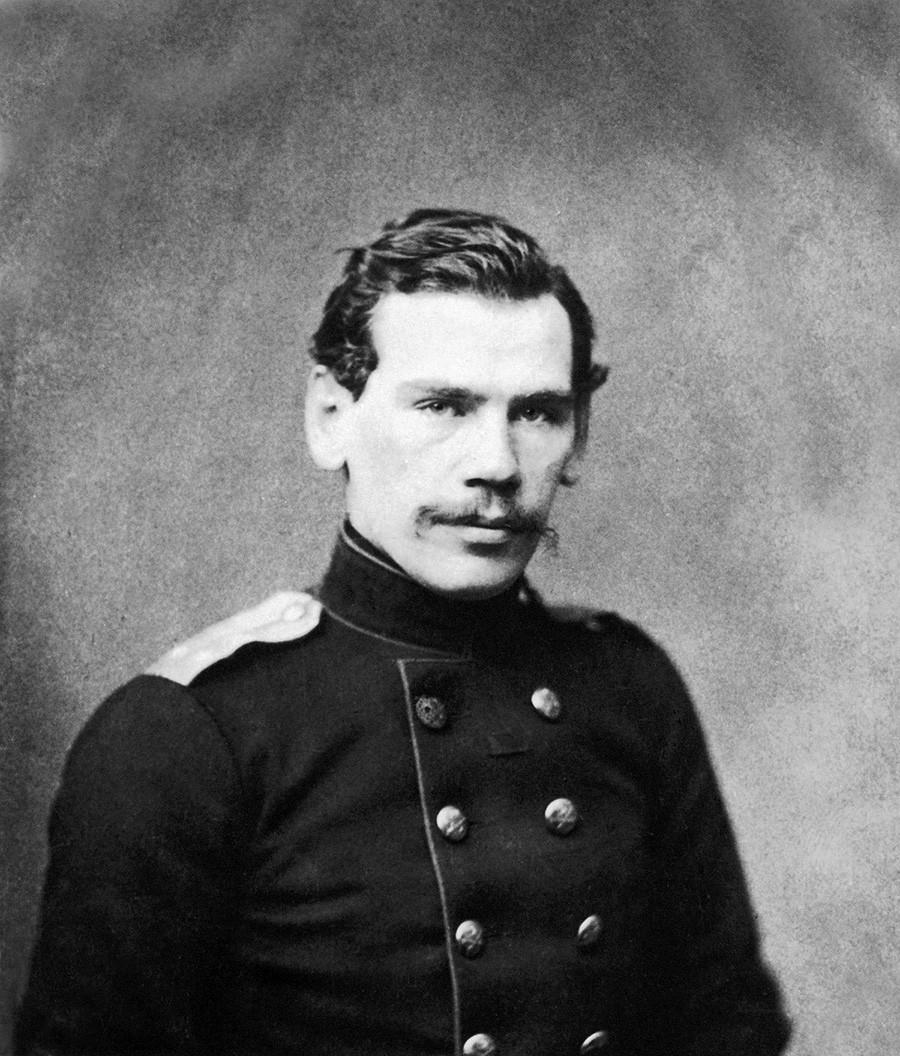 Младиот писател Лев Николаевич Толстој. Репродукција на фотографија од 1856 година.