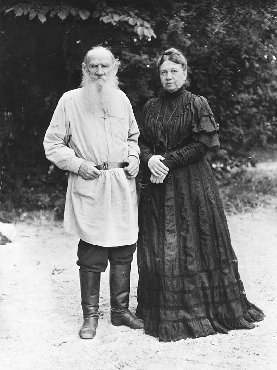 Грофот Лев Толстој (1828-1910), руски писател и филозоф, во својата градина со својата сопруга Софија, околу 1906 година.