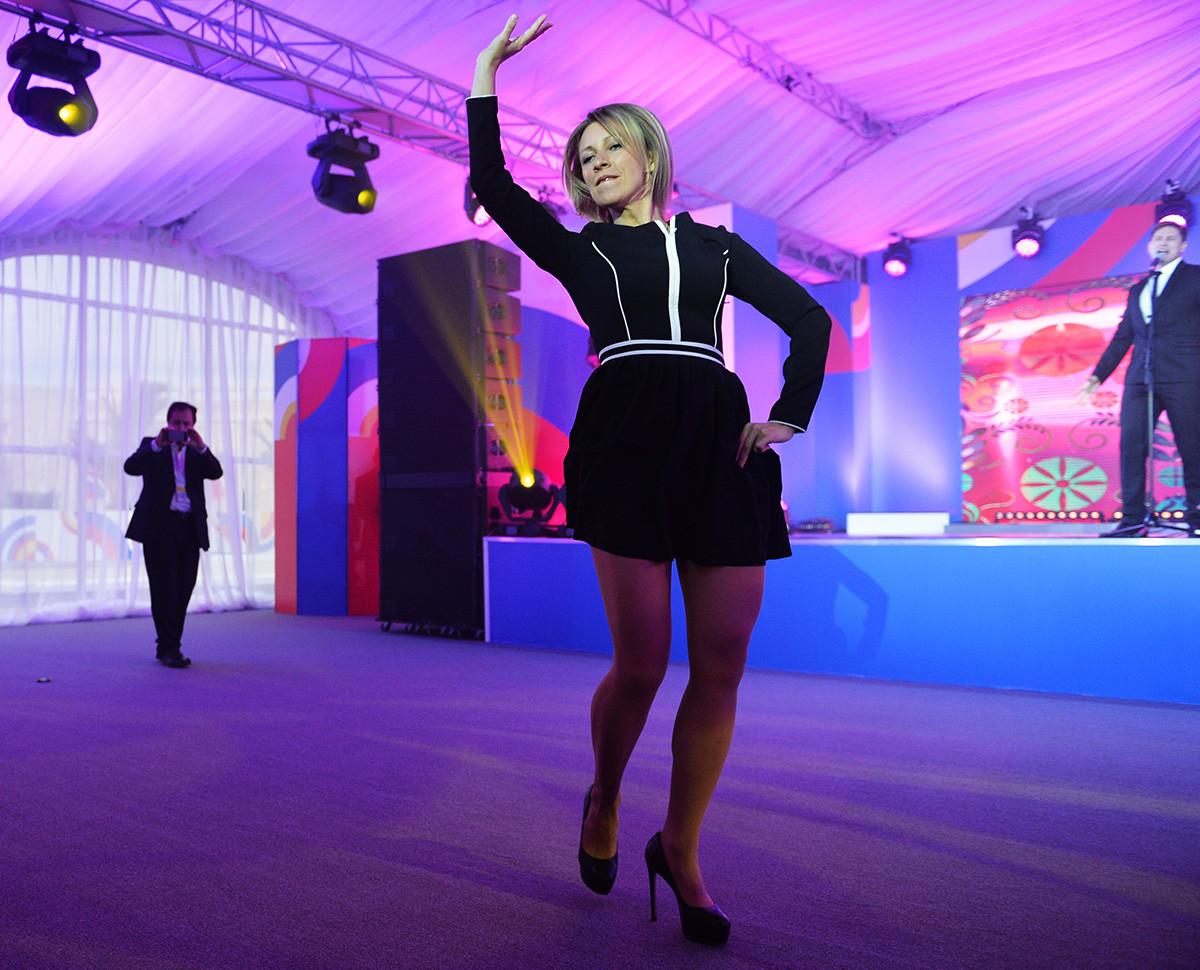 Juru Bicara Kementerian Luar Negeri Rusia Maria Zakharova menampilkan tarian tradisional Rusia Kalinka di Sochi.