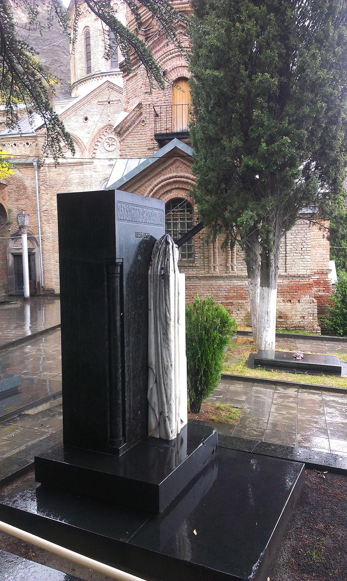 Grob Keke Geladze na območju panteona Mtatsminda v Tbilisiju