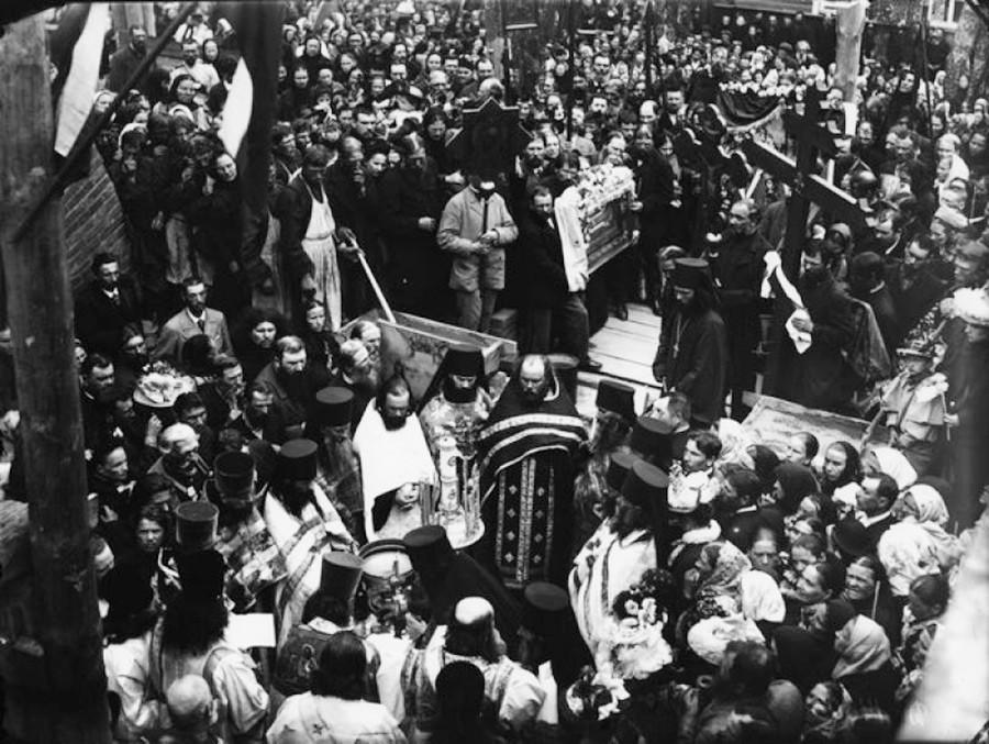 Иоанн Кронштадтский среди прихожан на закладке церкви в Никифоровской пустыни