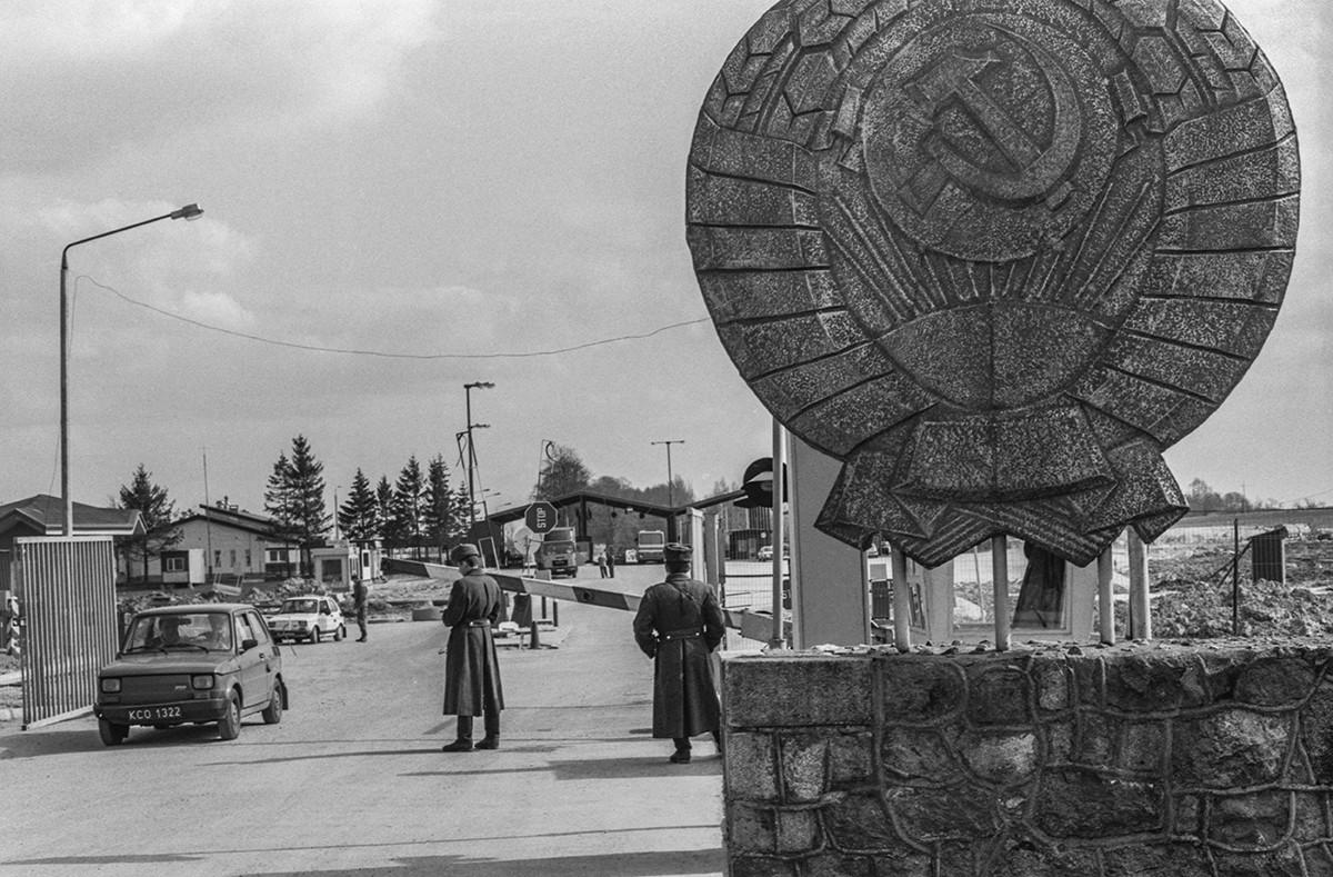 Região de Kaliningrado. Bagrationovsk. Funcionários da alfândega na fronteira da Rússia e da Polônia, 1993