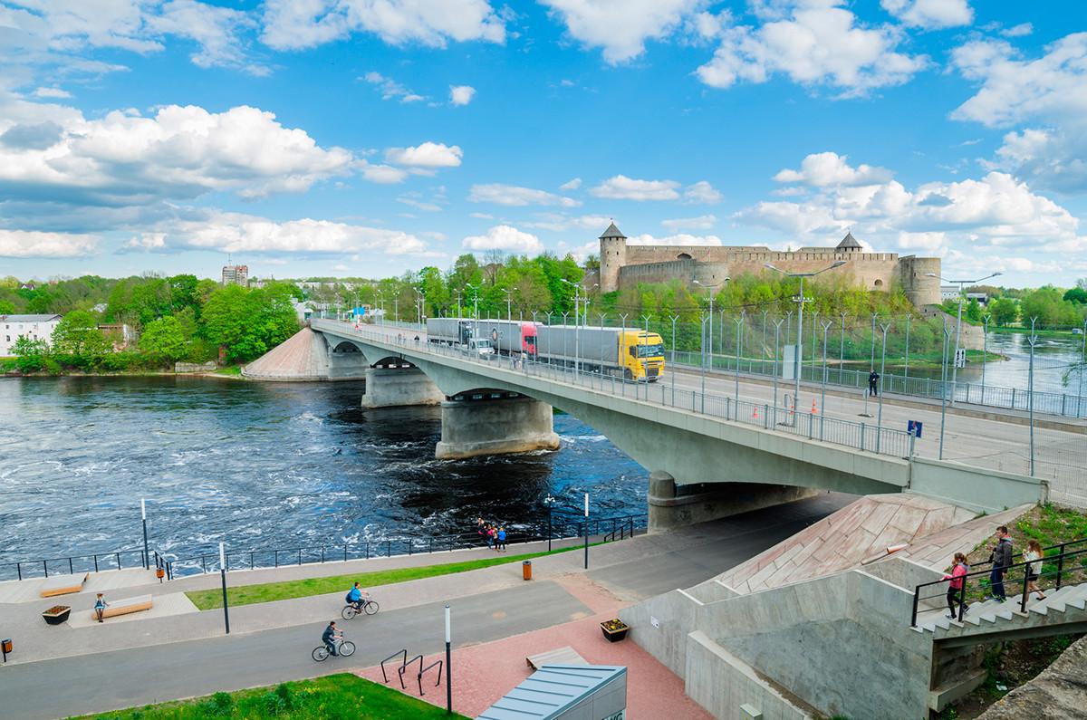 Dique do rio Narva e vista da Fortaleza de Ivangorod e da fronteira entre a Rússia e a União Europeia