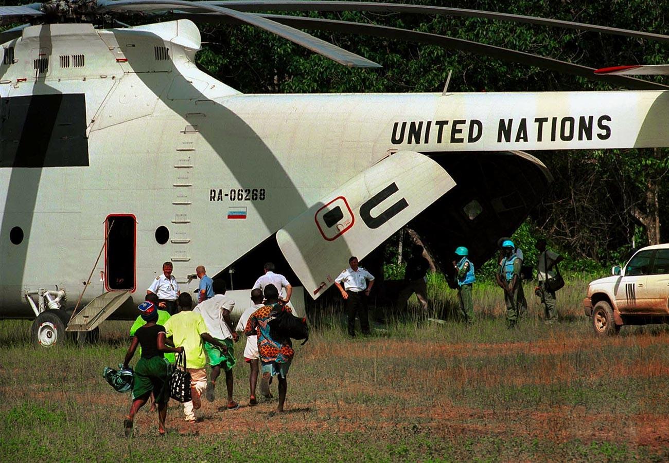 Les membres du Front révolutionnaire uni (FRU) libère les enfants soldats pendant la guerre civile de Sierra Leone