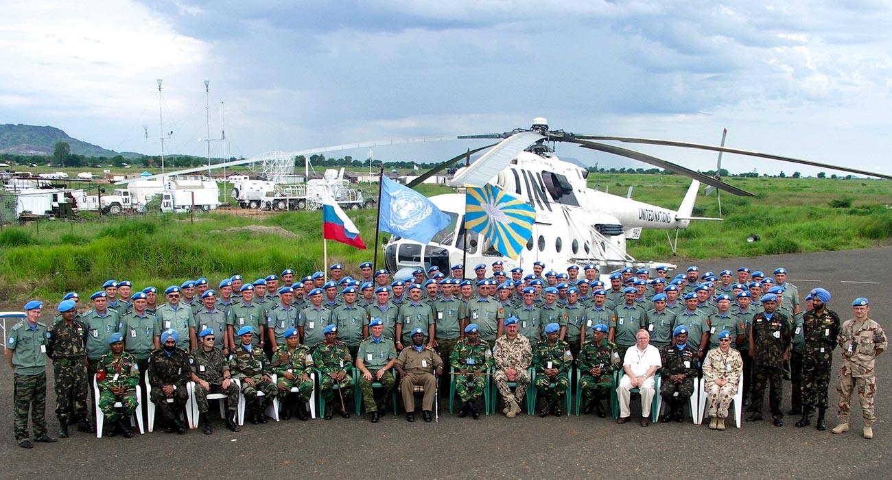 Décoration du Groupe aéronautique russe de la mission de l'ONU pour sa participation à l'opération de maintien de la paix au Soudan