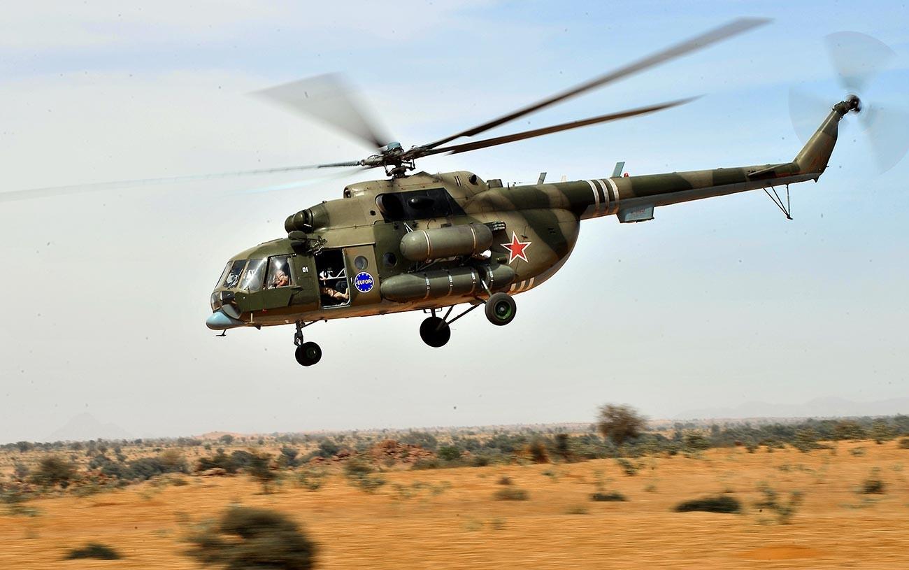Un hélicoptère russe MI-18 patrouille dans l'Est du Tchad, le 13 mars 2009