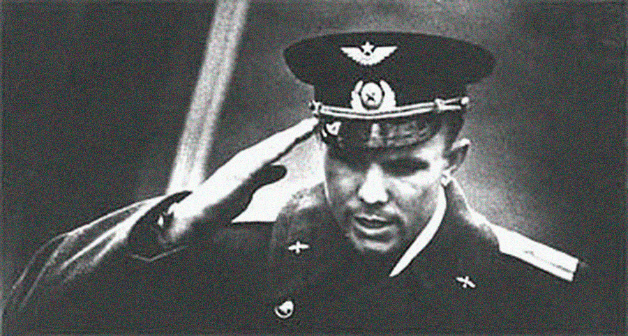 Yuri Gagarin menyampaikan laporan penerbangannya.