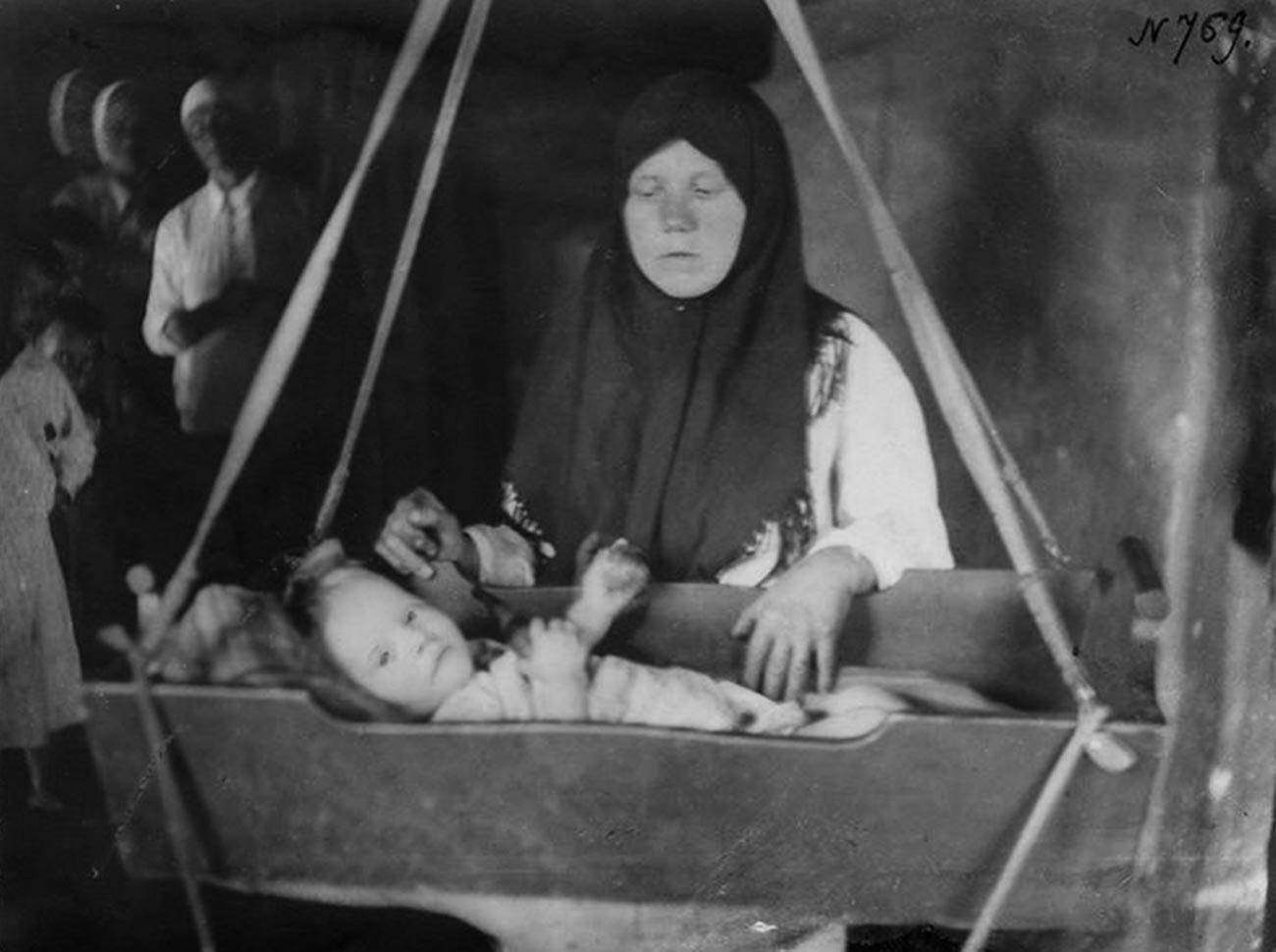 Una donna con il suo bambino in culla