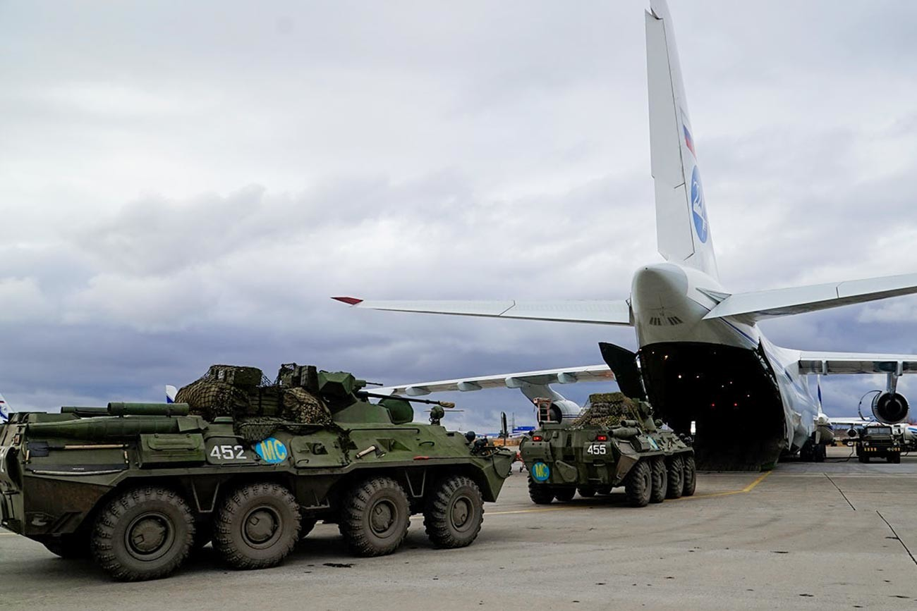 Ruski mirovniki po prispetju na letališču v Jerevanu