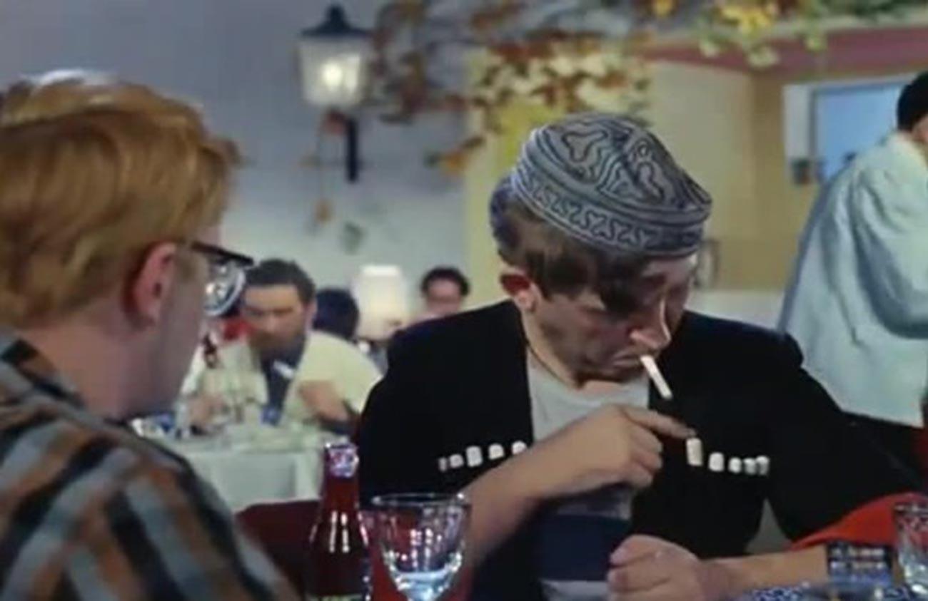"Cuplikan adegan dalam film ""Kavkazskaya plennitsa"" (Penculikan, Gaya Kaukasus)."