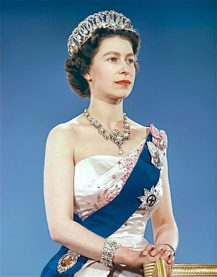 Elizabeth 2ª com a tiara que pertencia a Pavlovna