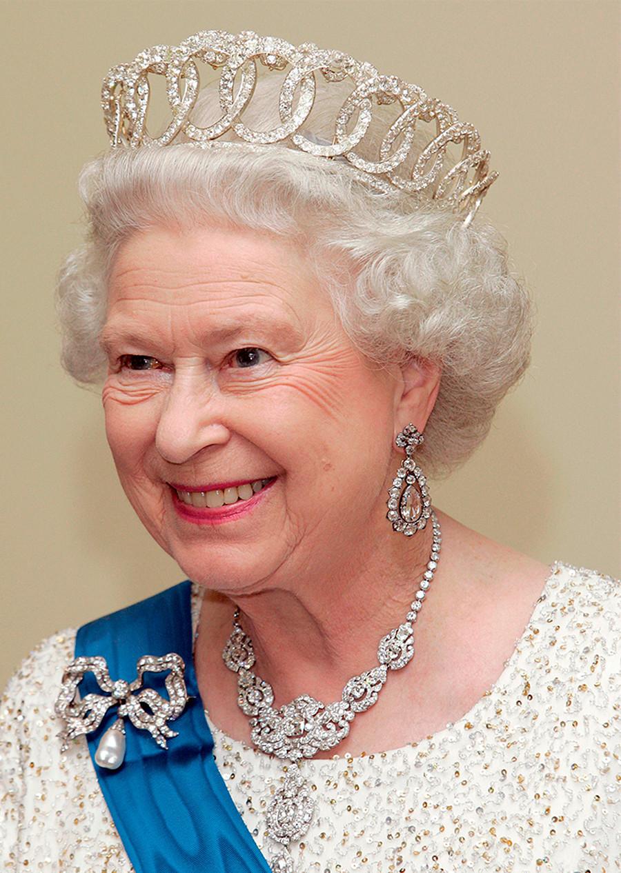 """Elizabeth 2ª com sua tiara """"viúva"""""""