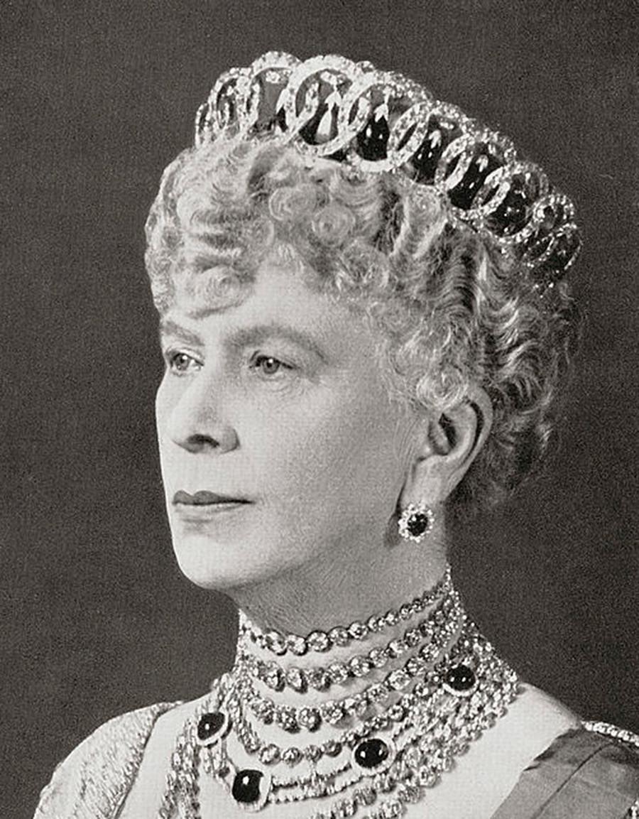 Maria de Teck usando esta tiara com contas de esmeralda