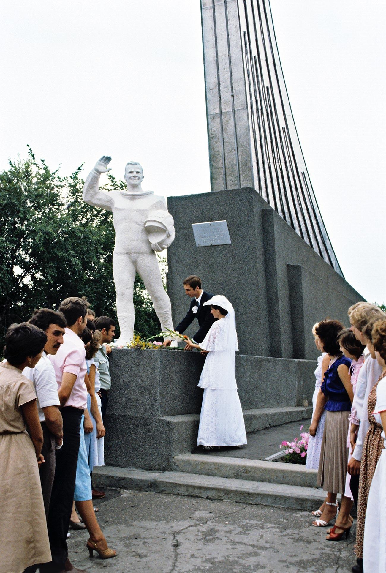 Jeunes mariés déposant des fleurs aux pieds de Iouri Gagarine, le premier cosmonaute. Ce monument a été érigé à 200 mètres de son lieu d'atterrissage lors de son vol historique.