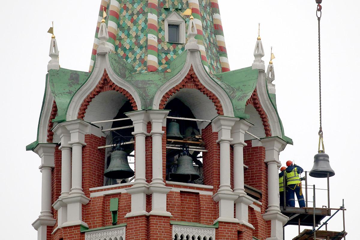 La instalación de la campanas en la Torre Spásskaia.