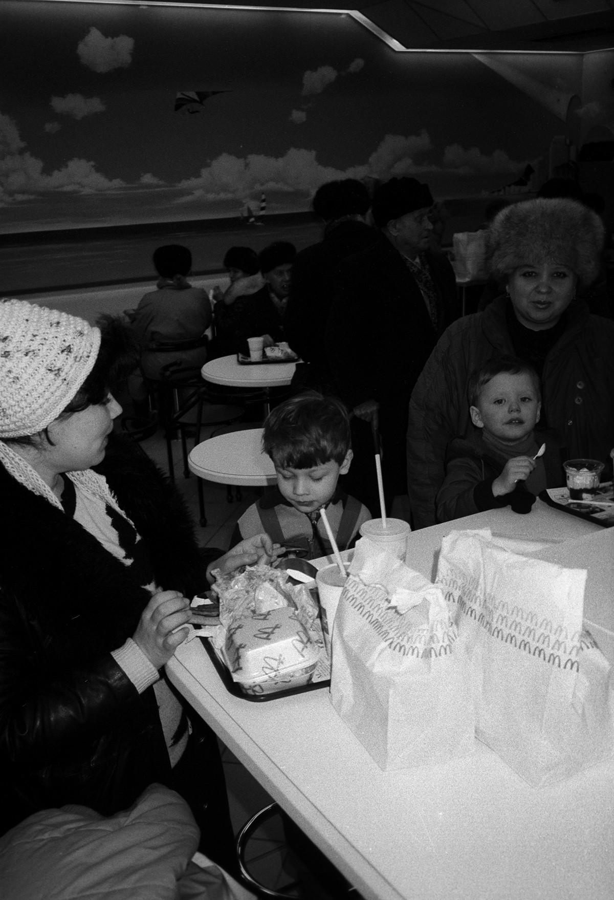 Pembukaan McDonald's pertama di Moskow, 1990.